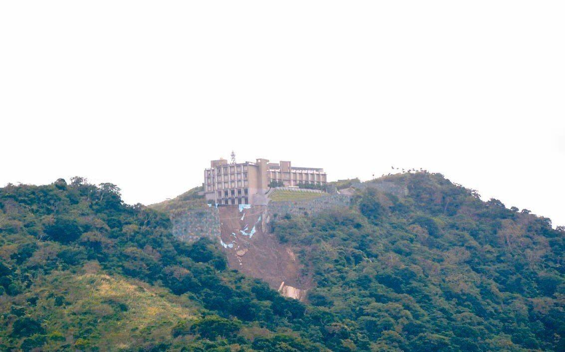 空軍位於花蓮賀田山稜上的空軍第二機動雷達分隊,周邊土坡去年起陸續發生大規模崩塌,...