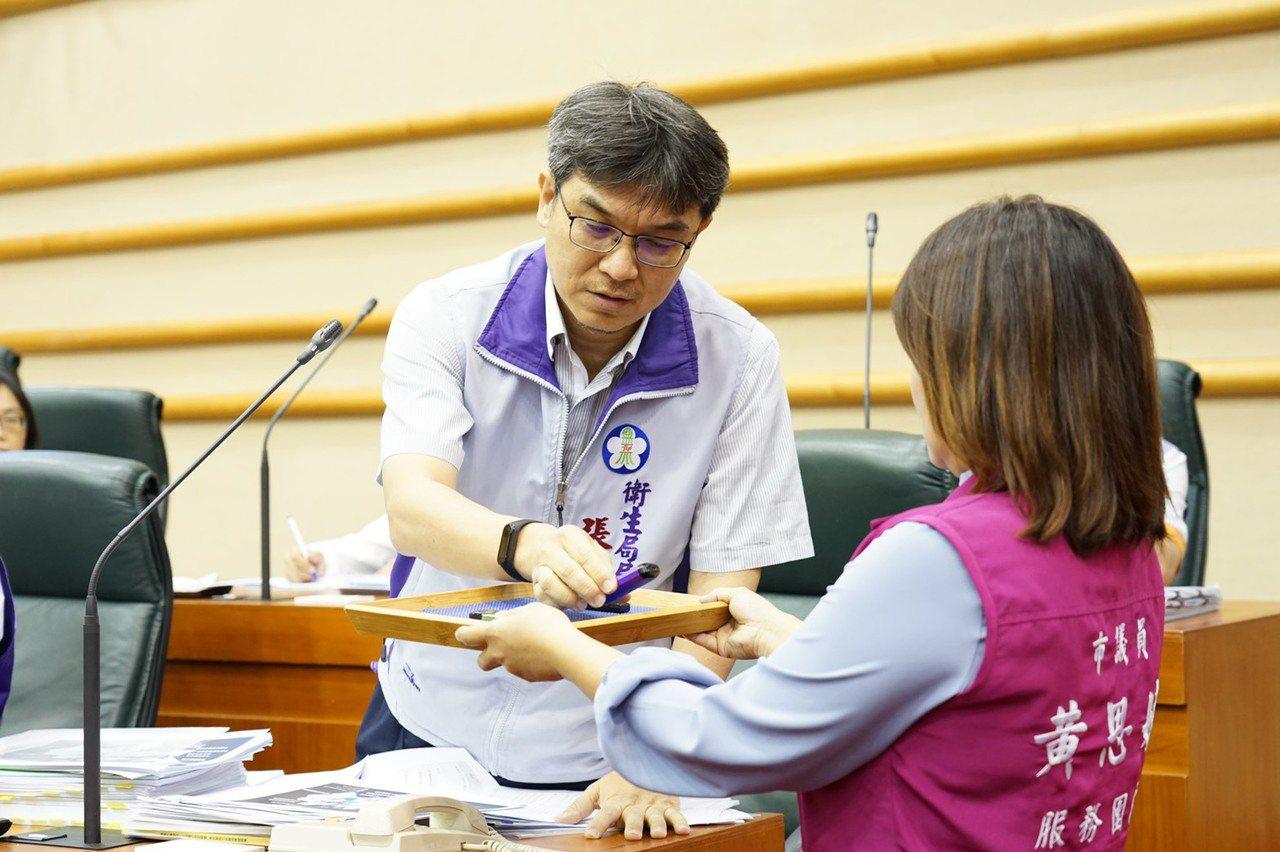 嘉義市議員黃思婷拿出兩支電子菸和一支隨身碟,給衛生局長張耀懋「隨堂考」,雖然順利...