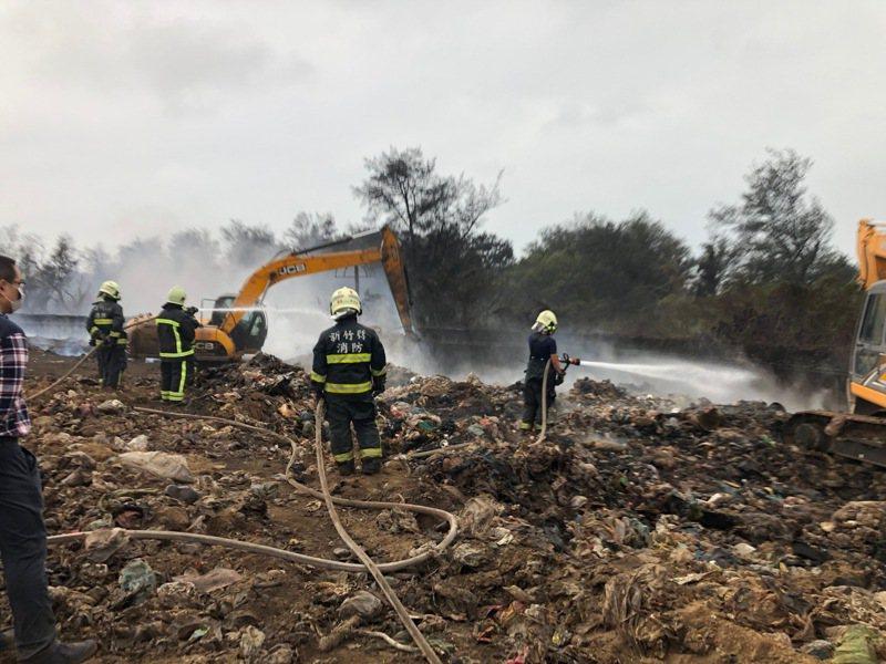 昨天下午2點左右,新竹縣新豐區域性掩埋場悶燒起火復燃,火勢範圍主要為掩埋場(三期)圍籬內側區塊。圖/縣府提供
