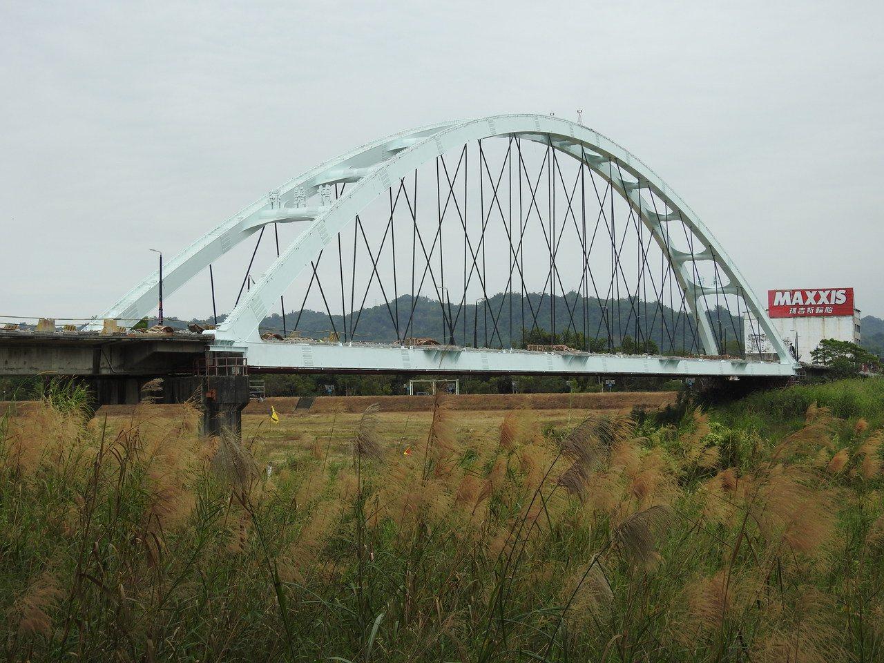 南投縣綠美橋過去因紅色橋體鮮豔搶眼,被視為南投市地標,但近期整修改漆成藍白色,部...
