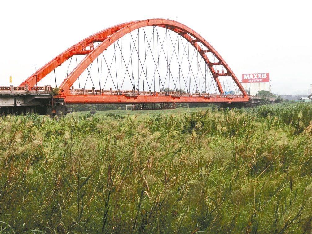 南投縣綠美橋過去因紅色橋體鮮豔搶眼,被視為南投市地標,也因此被繪入市徽,但整修改...