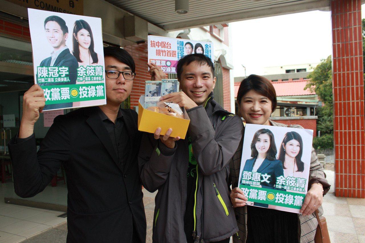 黨內同志特別準備水蒸蛋糕來為他慶生,還拿出20萬選舉保證金拍照。記者郭政芬/攝影