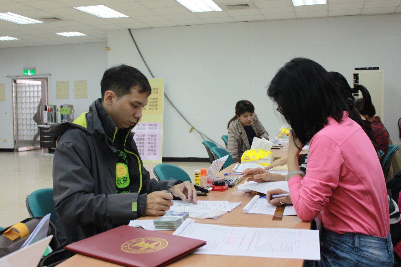 二選區參選人、竹北市民代表陳冠宇今天生日,29歲的他將可能是竹縣立委參選人年紀最...