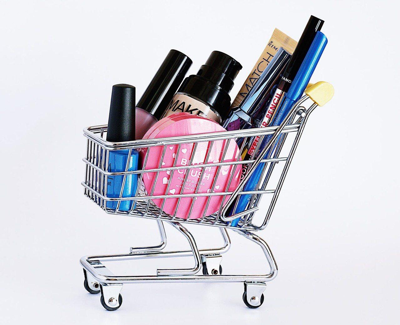 在瘋狂購物時,難免就會一失手,買了一堆保養品,最後卻過期了。圖/摘自pexels