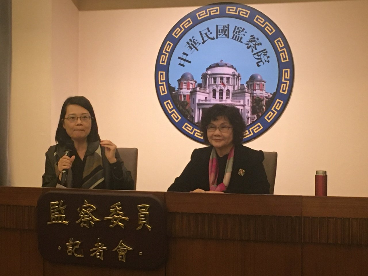監委王美玉、王幼玲(左起)舉行記者會,說明糾正行政院等單位原因。記者程嘉文/攝影