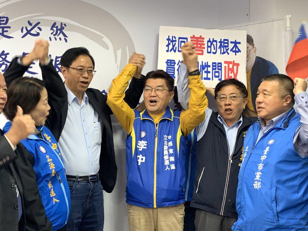 國民黨副總統參選人張善政正式登記後,今天第一次到台中新書發表,也到台中市第六選區...