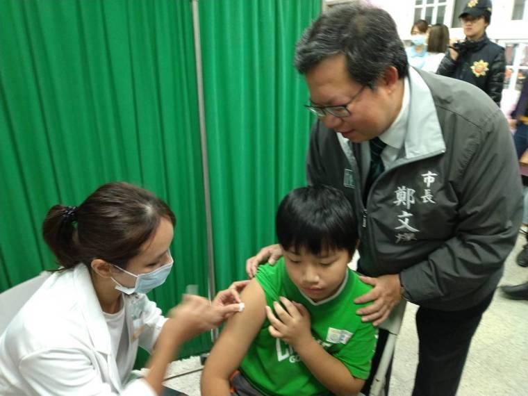 桃園市長鄭文燦到成功國小了解流感疫苗接種情形。圖/桃園市政府衛生局提供
