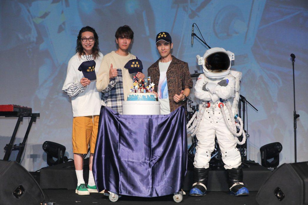宇宙人即將攻蛋,曾在五月天演唱會現身的小太空人(右)獻上好禮。圖/相信提供