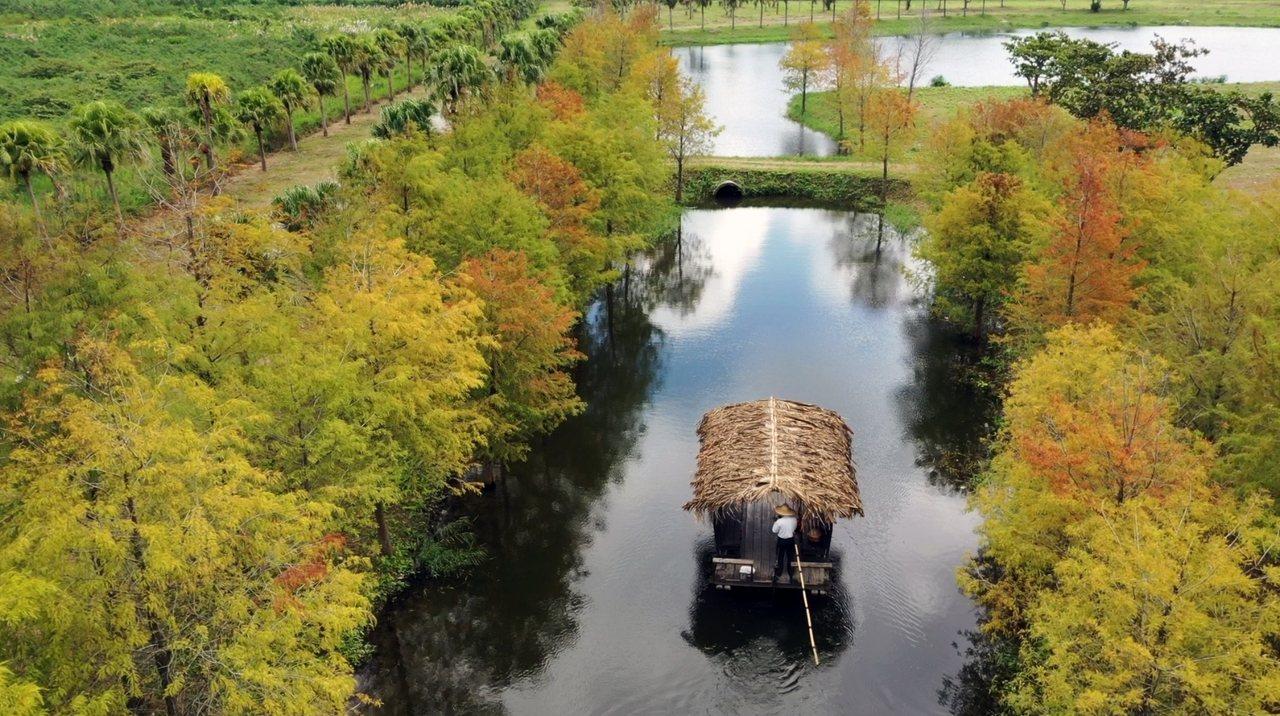 旅客可以乘坐理想大地獨有的傳統生態竹筏,在美景間緩緩前進。圖/理想大地提供