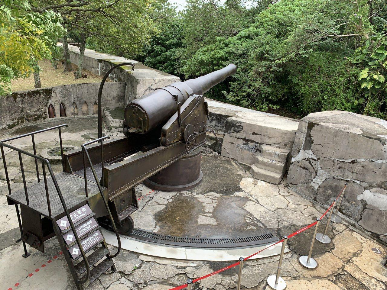 新北市淡水古蹟公園知名的滬尾礮臺,日前復刻8吋阿姆斯脱朗後膛砲,作為歷史標記,現...