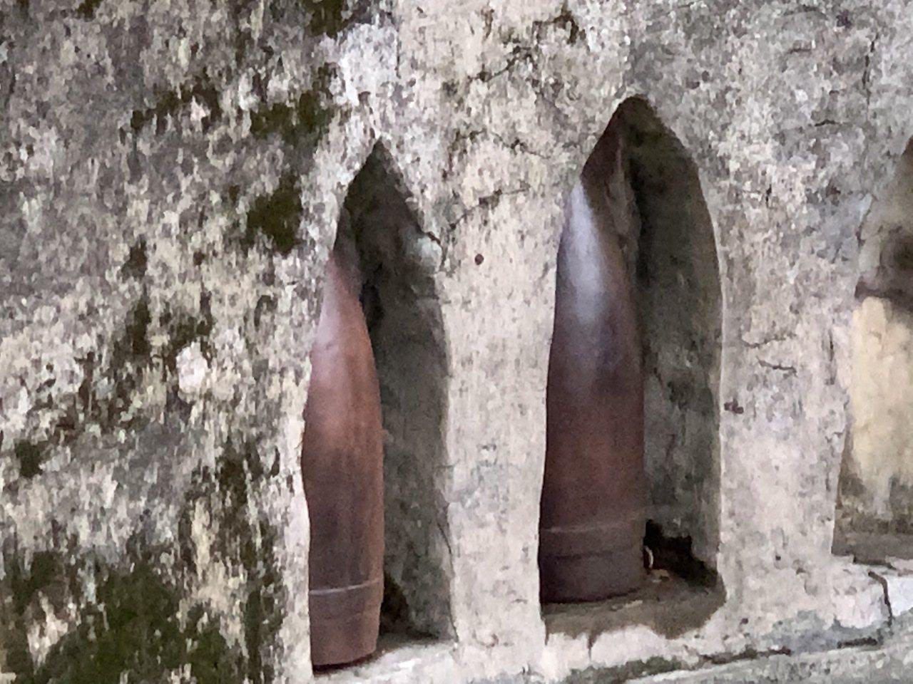 滬尾礮臺在砲位儲彈孔也復刻多個砲彈,重現清法戰爭時戰備的樣貌。記者洪哲政/攝影