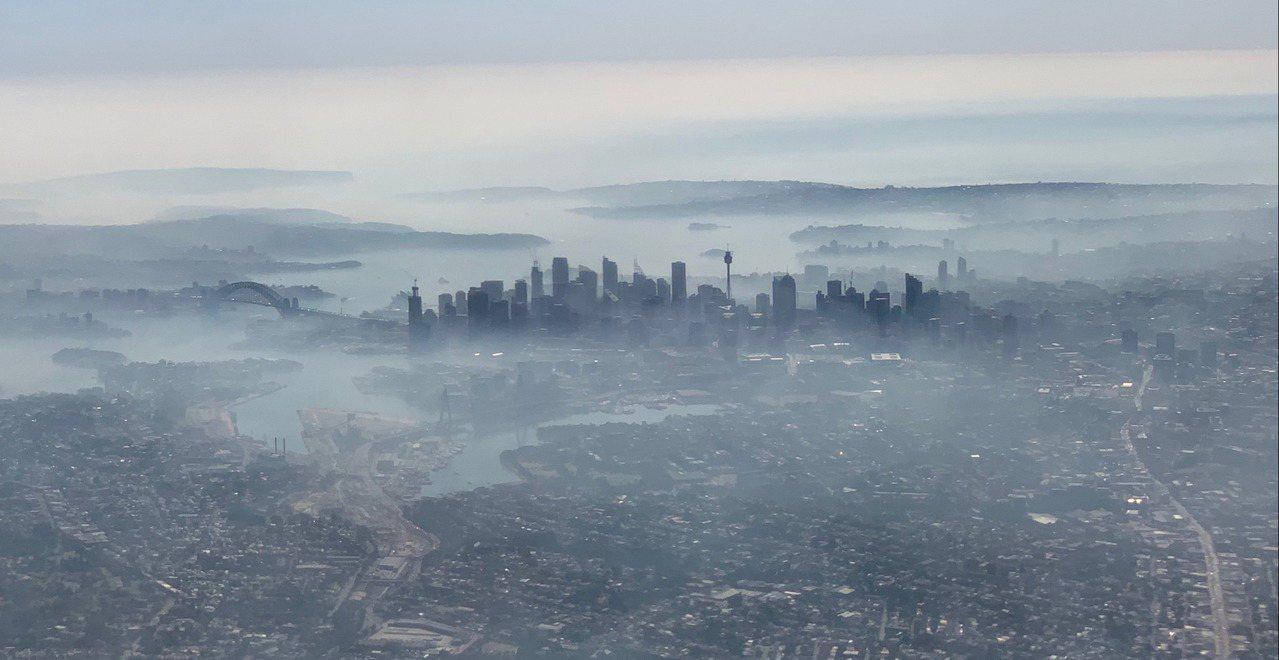 澳洲新南威爾斯省野火持續肆虐,加上昨晚強風吹襲,使得澳洲最大城市雪梨19日一早就...