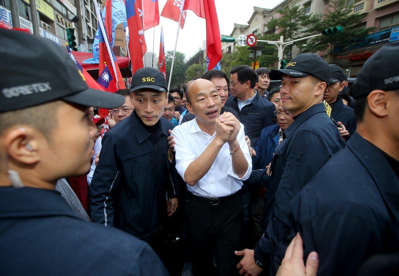 2020總統大選今天開始登記,也象徵選舉正式開跑,國民黨總統參選人韓國瑜(中)不...