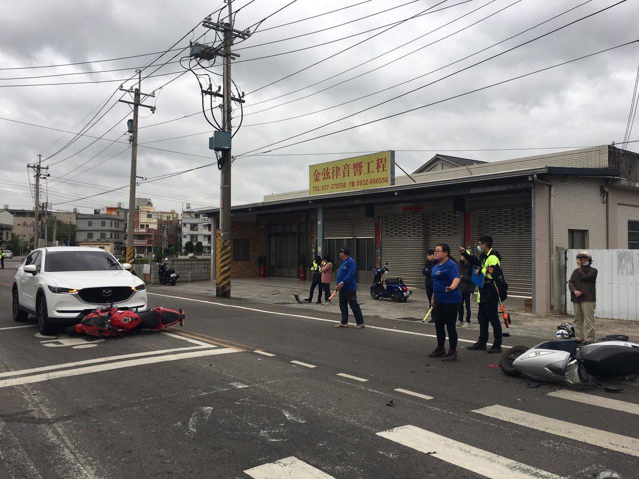 苗栗市經國路、新東街口附近今天上午7點40分左右,發生同向2輛機車事故,其中1輛...