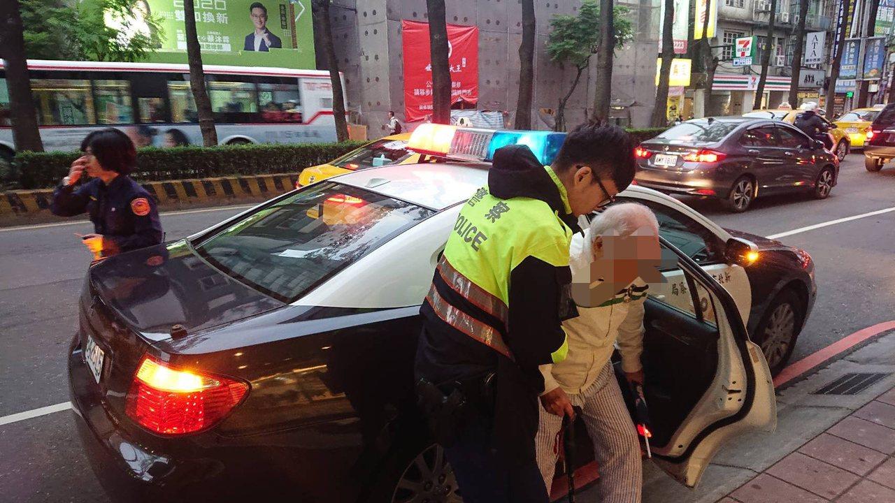 患有失智症的姜翁為了買豆漿偷溜出門,卻因此迷路在大街上,幸員警即時發現,查詢確認...