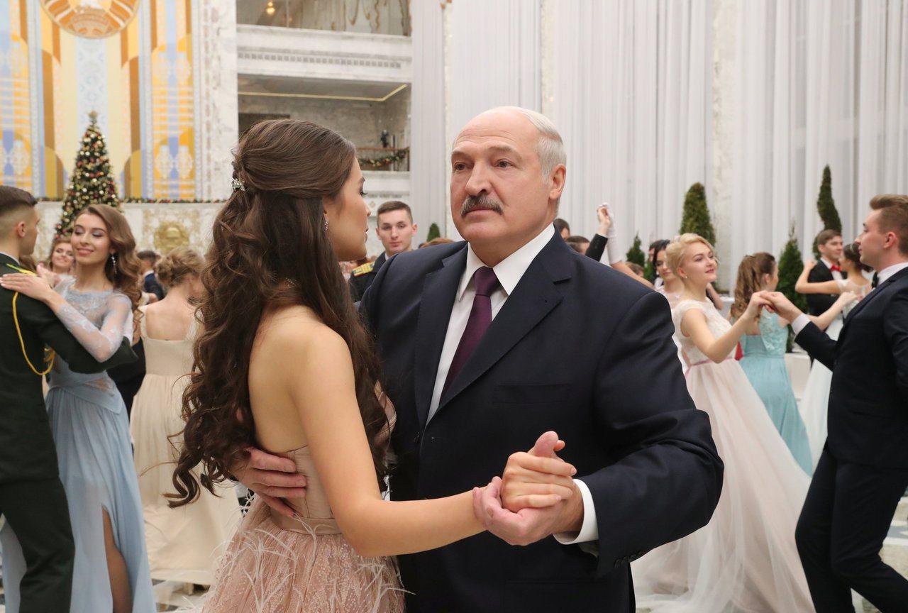 瓦希勒維奇(左)與魯卡申柯(右)在新年舞會共舞。路透資料照片