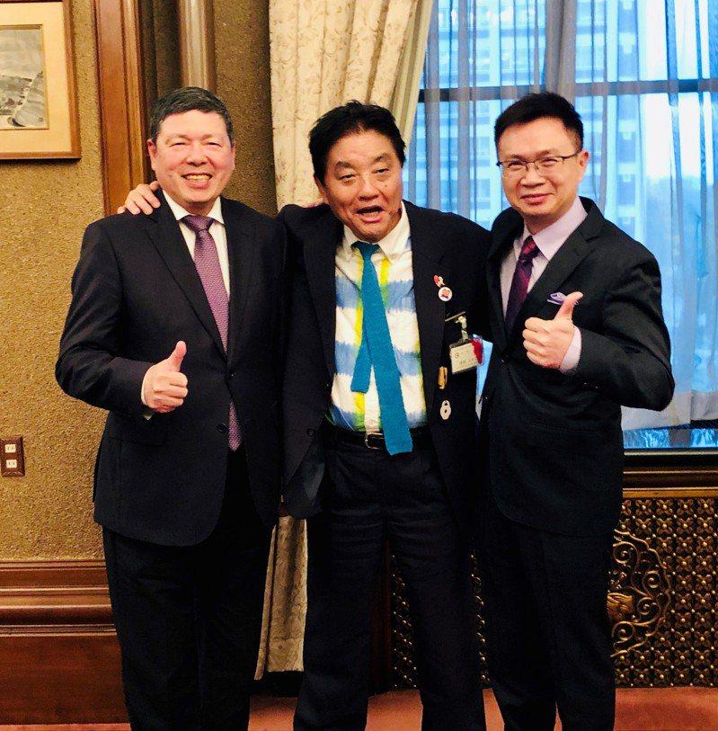 名古屋市河村たかし市長(KAWAMURA, Takashi)(中)熱情接待外貿協會董事長黃志芳(右)及秘書長葉明水(左),雙方針對商務合作進行會談,氣氛融洽。貿協提供