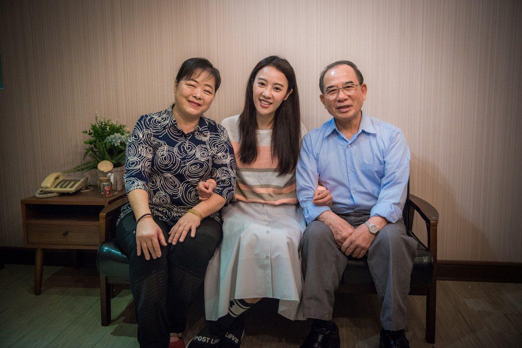 方宥心演出「烏陰天的好日子」與戲中的爸媽演員。圖/客台提供