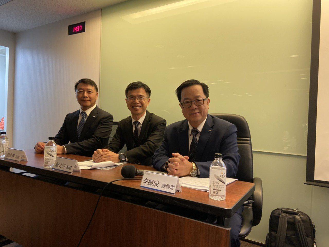 李振成(右一)看好裕日車國內車市銷售及中國布局。記者黃淑惠/攝影
