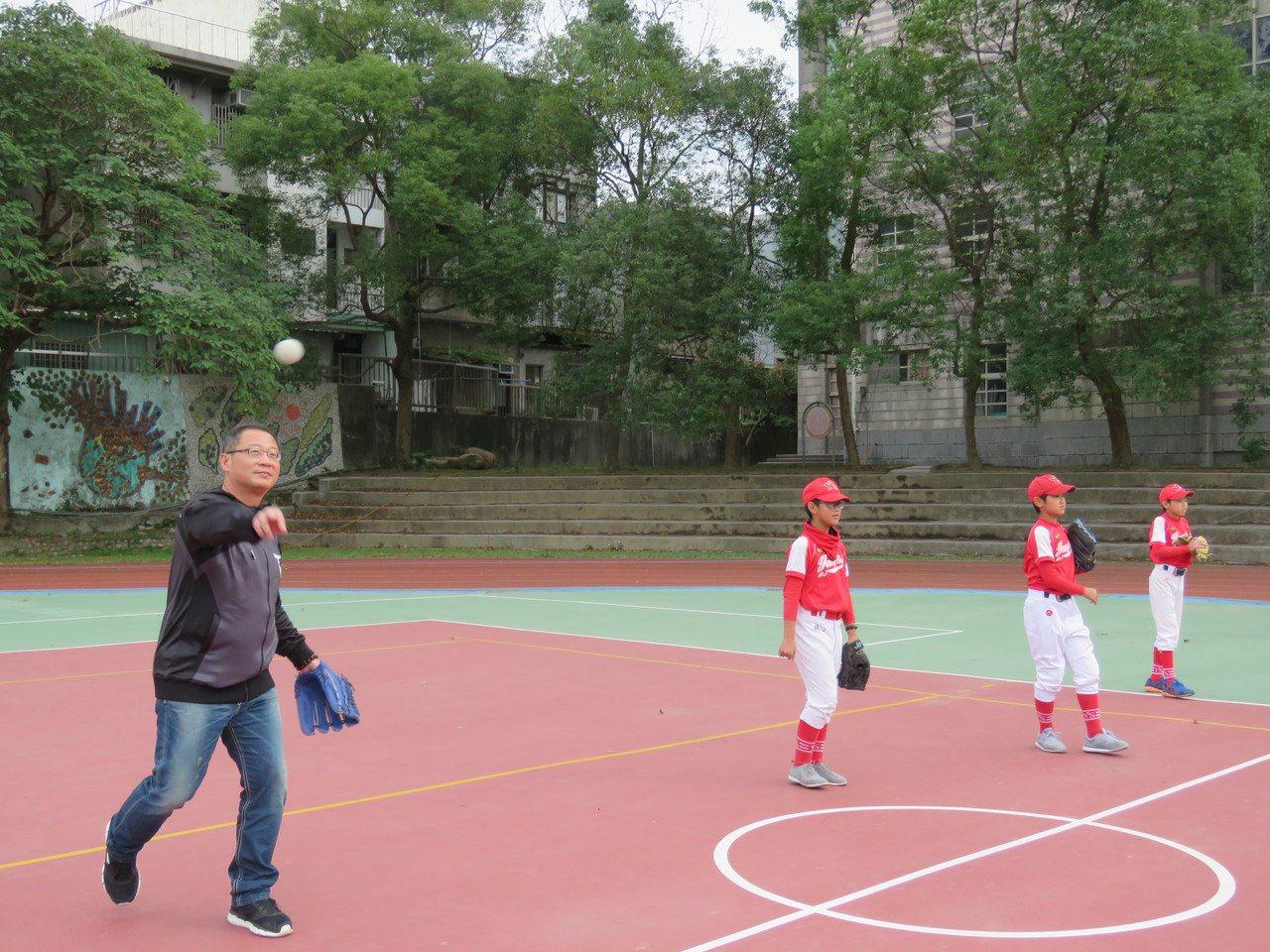 中華職棒30年回饋列車,今天下午開到桃園市楊梅楊心國小,捐贈小球員棒球球具外,也...