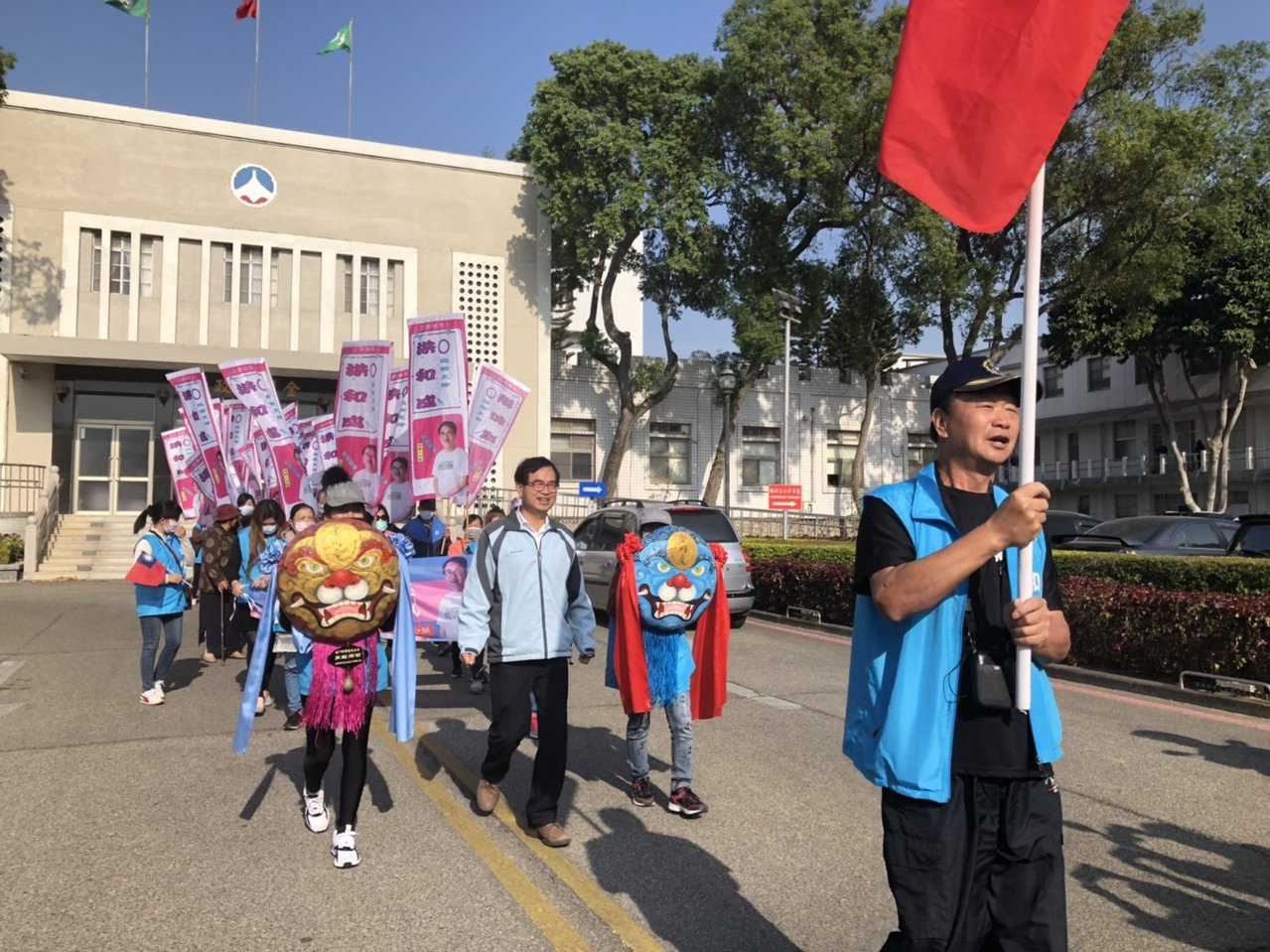 洪和成在縣府完成登記後,在鄉親的簇擁下展開繞街造勢活動。記者蔡家蓁/攝影
