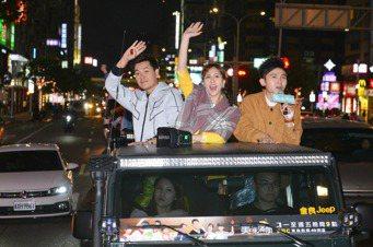 王傳一(左起)、魏蔓與主持人黃豪平為「美味滿閣」掃街宣傳。圖/東森提供