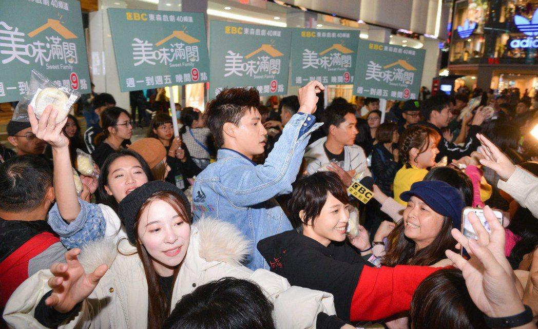 「美味滿閣」劇組演員上街頭為戲宣傳,寒風中發熱騰騰的包子,吸引近千名民眾參與。圖...