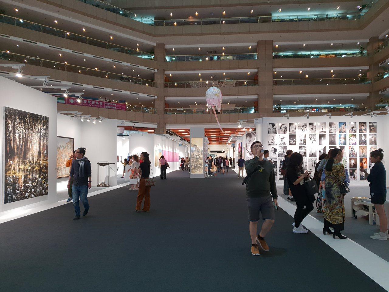 文化部宣布畫廊業者參加展會銷售的藝術品,即日起免徵藝術品營業稅。圖為台北藝博會。...