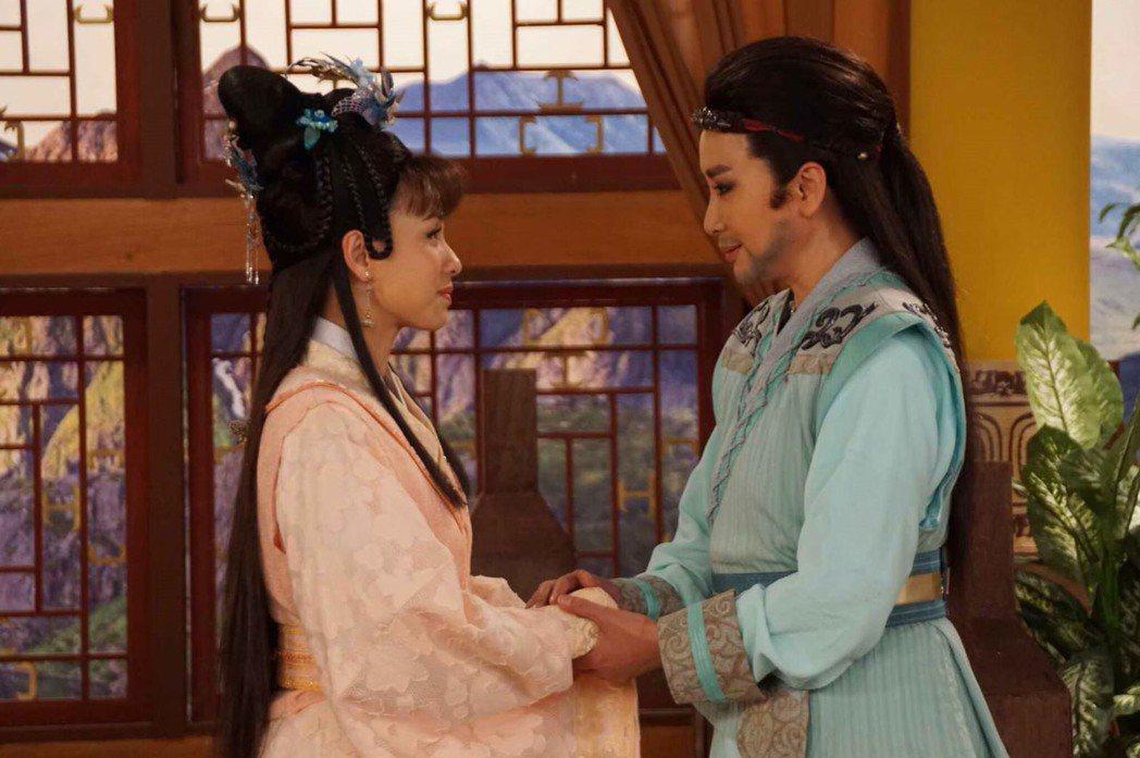 陳亞蘭(右)與陳怡真在「忠孝節義」不同單元中,從夫妻變母子。圖/麗生百合提供