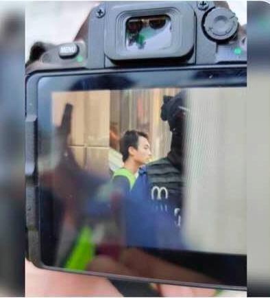 圖為公視特約導演在港被捕畫面。圖/取自被捕人士關注組截圖