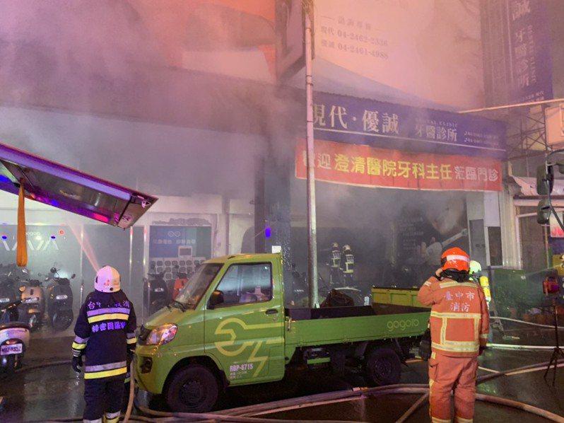 台中市西屯區永福路今天下午3時許傳出火警,現場冒出大量火煙,火勢直至晚間8時許才撲滅,火災造成3戶受損,財損約200萬元。圖/讀者提供