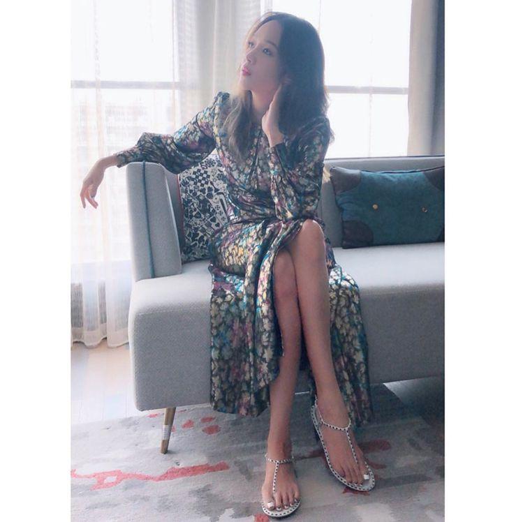 侯佩岑穿sandro亮面印花長洋裝,售價13,680元。圖/取自IG