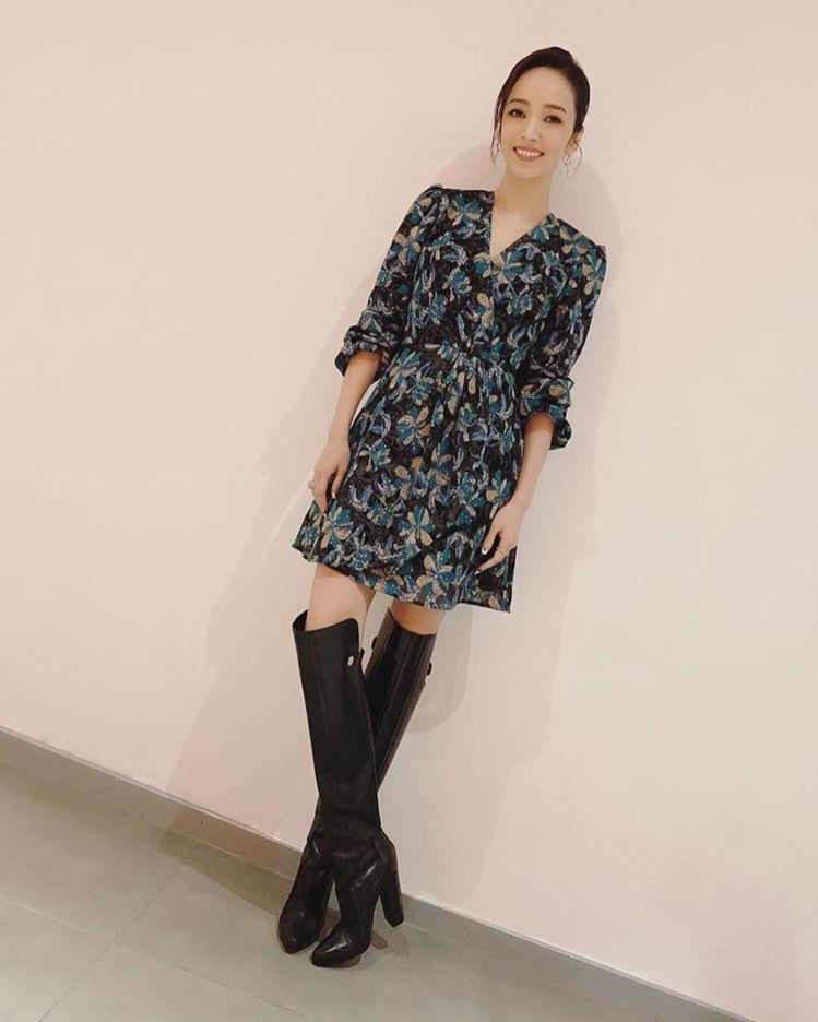 候佩岑身著Sandro 2019秋冬系列V領印花洋裝,售價13,680元。圖/取...