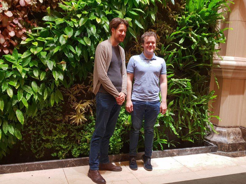 被譽為「貝多芬傳人」的英國鋼琴家班傑明‧葛羅斯文諾(右),和不列顛小交響樂團首席暨指揮湯馬士‧顧爾德合影。記者陳宛茜/攝影