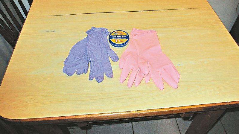 洗頭戴天然乳膠手套、做家事戴透氣家用薄手套,可避免引發過敏性皮膚炎。 圖/作者提供