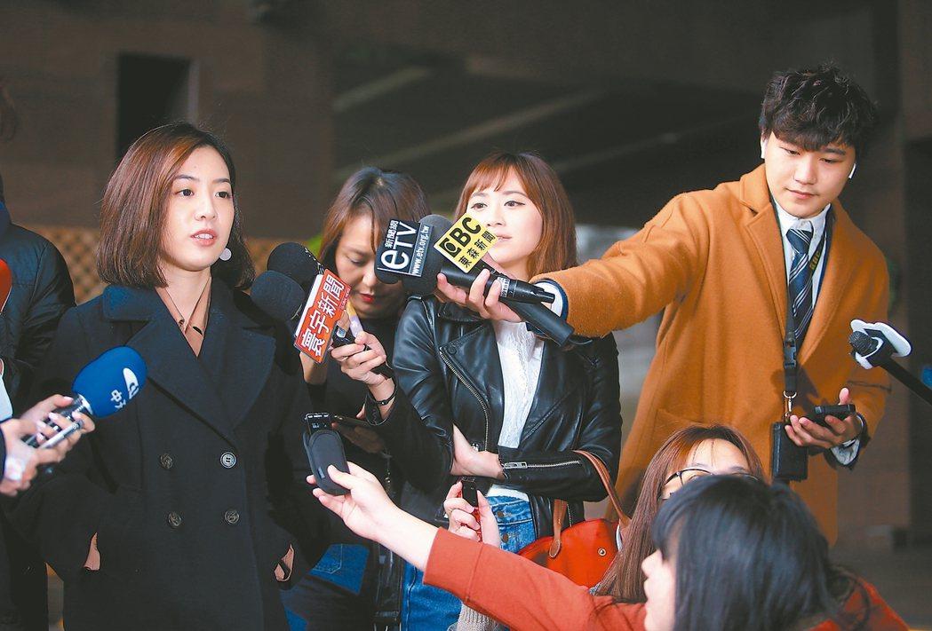 台灣民眾黨昨公布不分區名單,台北市政府副發言人黃瀞瑩(左)列第十三。 記者余承翰...
