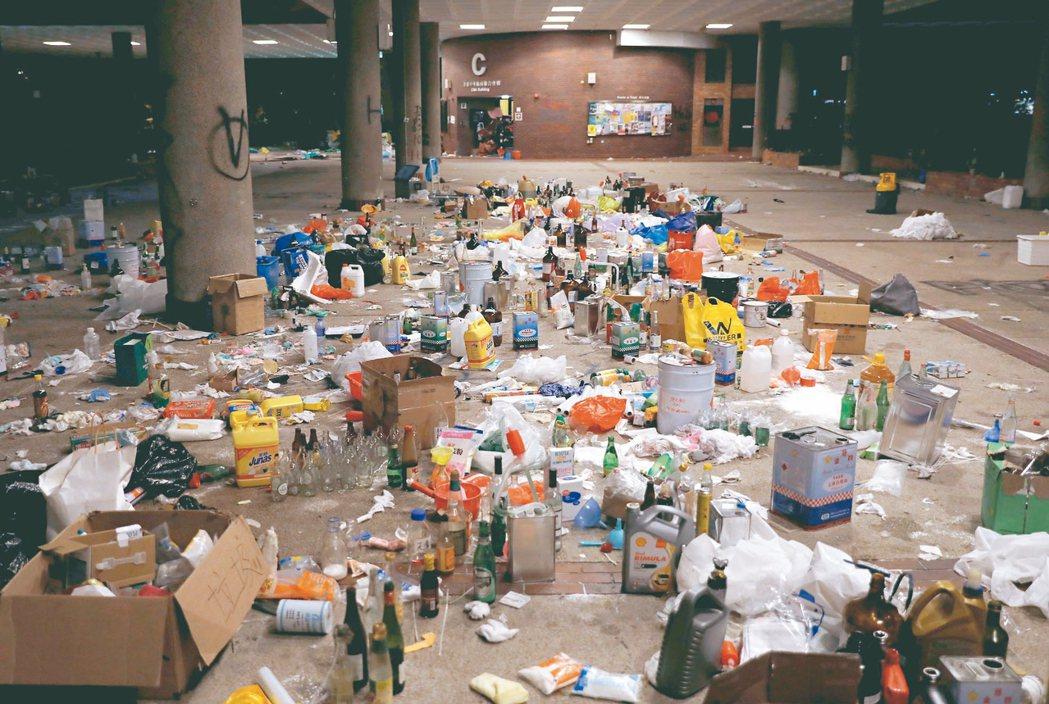 理大現場反送中學生在香港理大內自製汽油彈,現場十九日留下許多汽油彈材料。 路...