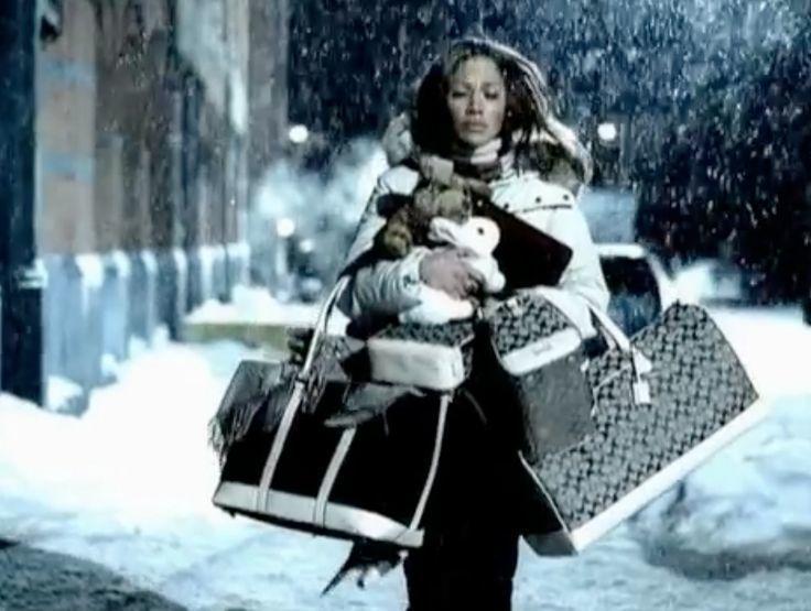 珍妮佛羅貝茲在2002年「All I Have」音樂MV中,手提各式COACH手...