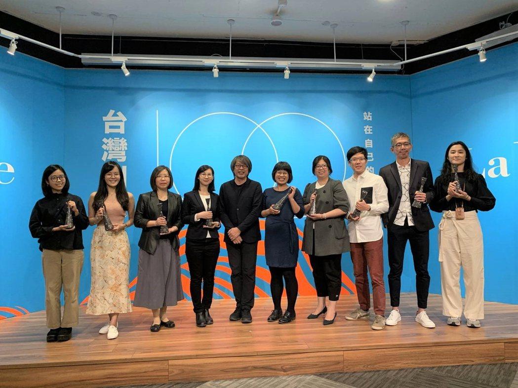 南美館獲La Vie雜誌頒發創意場域獎,由林育淳總監(左三)出席領獎。  南美館...