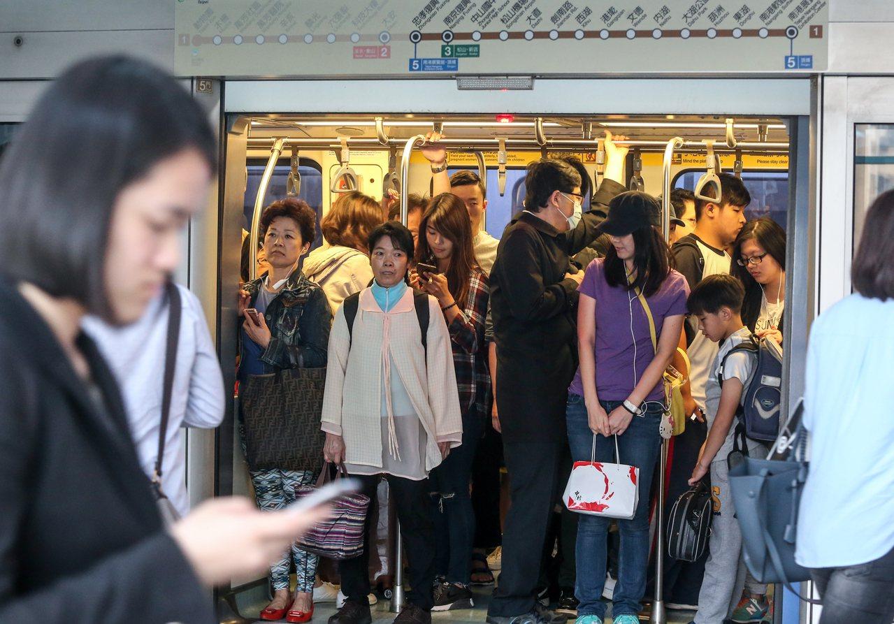 北捷表示,傍晚因系統設備異常,導致六張犁站往麟光站間列車無法自動行駛。 記者程宜...