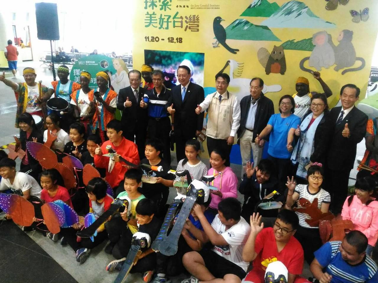 高鐵台南站「綠漫步」生態空間,今天起在該站一樓大廳揭幕,與會山上國小學童和來賓合...