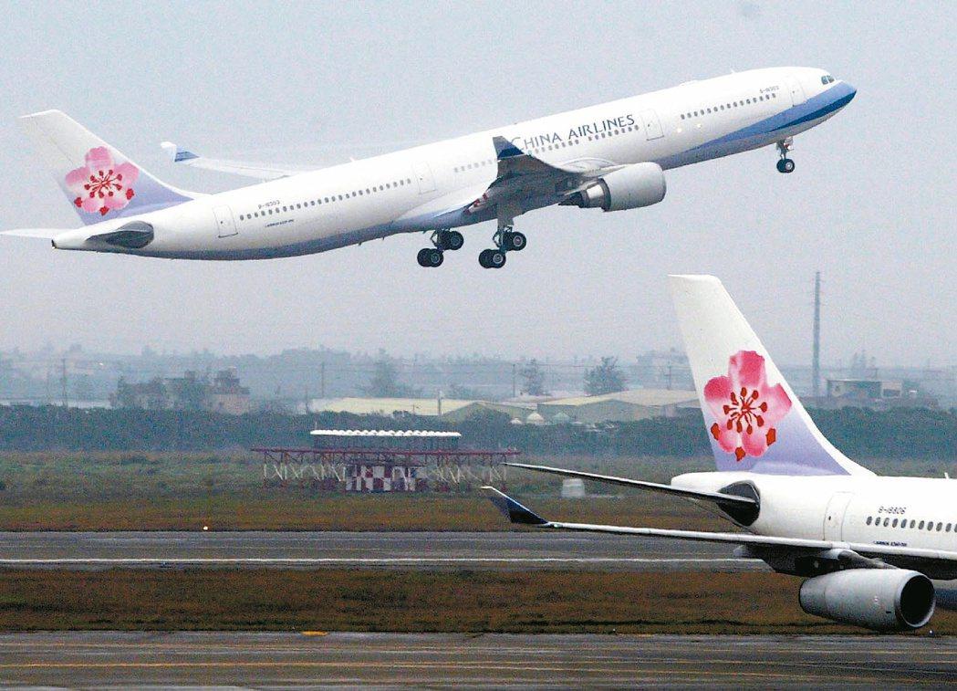 兩岸春節包機首航華航提早在中正機場起飛。 圖/聯合報系資料照片