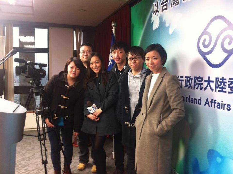 2012年來台觀選的香港浸會大學師生拜會陸委會,在記者室合影。 圖/聯合報系資料...