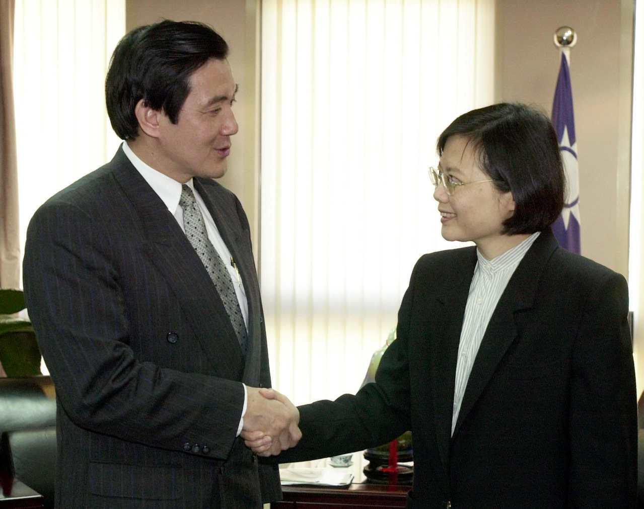 2001年台北市長馬英九訪港返台後立即會見陸委會主委蔡英文,報告香港行成果。 圖...