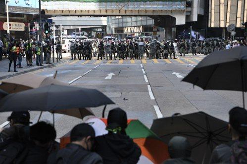 日前大批示威者集結於中環一帶,防暴警察一度施放催淚彈驅散。 (香港中通社)