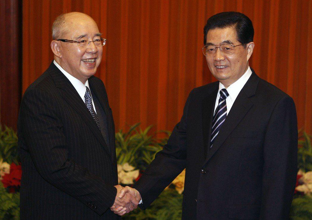 2012年國民黨榮譽主席吳伯雄(左)向中共總書記胡錦濤提出,台灣依「一國兩區」概...