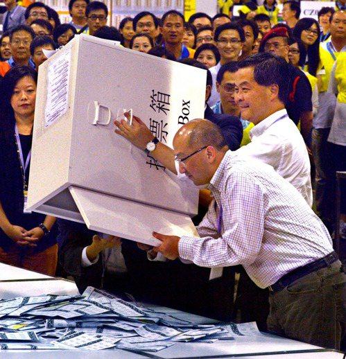 2012年9月10日香港特別行政區立法會選舉投票結束,香港特別行政區行政長官梁振...