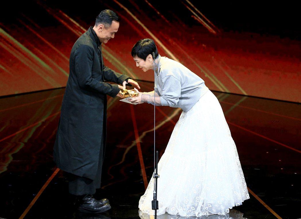 第56屆金馬獎頒獎典禮,張艾嘉(右)頒發最佳男主角獎給陳以文(左)。記者林伯東/...