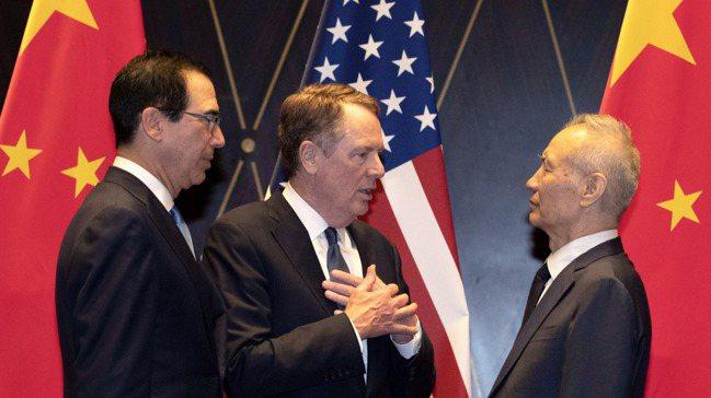 美中第一階段貿易協議的文本協商,現在進展停滯。圖為雙方談判代表美國貿易代表賴海哲...