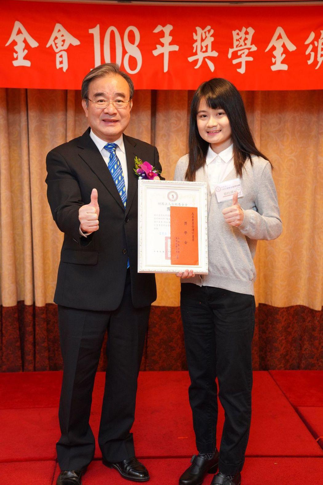 農糧署署長胡忠一博士(左)與108年友善營運計畫書獎學金獲獎同學合影 台肥基金會...